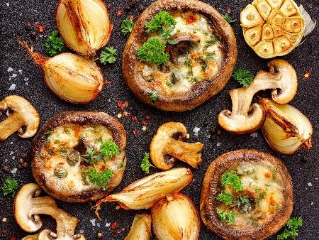 Пълнени гъби печурки с топено сирене, чесън, кашкавал и каперси на фурна - снимка на рецептата